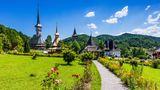 Rumänien- TEILWEISE REISEWARNUNG  EU-Bürger dürfen frei nach Rumänien einreisen, obwohl dort die Corona-Infektionsdynamik zu den höchsten innerhalb der Gemeinschaft gehört. Rückkehrer aus rumänischen Risiko-Gebieten sind in Deutschland zu einem Corona-Test und gegebenenfalls zu Quarantäne verpflichtet. Das Auswärtige Amt warnt vor Reisen in die Hauptstadt Bukarest, in das bei Touristen beliebte siebenbürgische Brasov (Kronstadt) sowie in 14 weitere von insgesamt 41 Verwaltungsbezirken Rumäniens.      Nicht zu den Risiko-Zonen gehören bislang die Schwarzmeer-Strände. Jedoch können jederzeit einzelne Ortschaften kurzfristig zum Infektionsherd erklärt und gesperrt werden. Eine prinzipielle Quarantänepflicht für Einreisende gibt es nicht. In geschlossenen öffentlichen Räumen gilt Maskenpflicht - in manchen Orten auch im Freien - sowie Distanzpflicht in der Gastronomie, an den Stränden und bei Veranstaltungen im Freien.