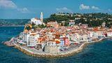 """Slowenien  Das EU-Land zwischen Alpen und Adria hat Länder wie Kroatien und die Niederlande auf eine """"rote Liste"""" gesetzt. Reisende aus Deutschland und mehreren anderen europäischen Ländern dürfen aber ohne Auflagen einreisen. Wer dort Urlaub machen will, muss nicht einmal mehr eine Buchungsbestätigung vorlegen. Zudem können Bürger aus diesen sowie anderen Ländern das kleine Land auf der Reise nach Kroatien durchqueren.      Slowenien selbst verfügt selbst über einen 46 Kilometer langen Abschnitt an der Adria mit gut ausgebauter touristischer Infrastruktur. Es gelten Abstandsregeln, in geschlossenen öffentlichen Räumen und öffentlichen Verkehrsmitteln muss eine Maske getragen werden."""