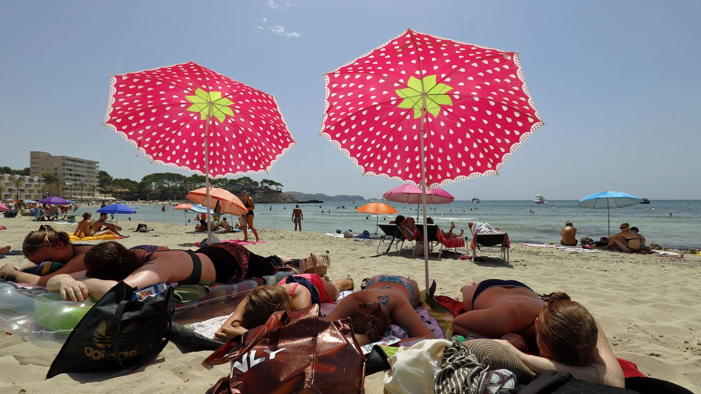 Spanien- REISEWARNUNG  Urlauber aus der EU und den Schengenstaaten dürfen weiter unbegrenzt nach Spanien einreisen. Wegen wieder gestiegener Corona-Zahlen hat Deutschland das Land mit Ausnahme der Kanaren jedoch zum Risikogebiet erklärt und eine Reisewarnung auch für die beliebte Ferieninsel Mallorca ausgesprochen. Reiseveranstalter sagten daraufhin Pauschalreisen nach Mallorca und andere Regionen ab. Für Rückkehrer aus Risikogebieten gilt generell schon seit einigen Wochen, dass sie sich beim Gesundheitsamt melden müssen. Zudem gibt es eine Testpflicht bei der Heimkehr.      Wer trotzdem noch nach Spanien will, sollte beachten, dass man vor der Reise ein Online-Formular ausfüllen sollte und dann einen QR-Code erhält, der bei der Einreise per Flugzeug vorzuweisen ist. Im Land selbst gelten strenge Corona-Regeln wie etwa Maskenpflicht nicht nur in geschlossenen öffentlichen Räumen, sondern auch im Freien, Abstandsregeln sowie Beschränkungen der Gästezahlen in Restaurants und anderen Einrichtungen. Zudem gilt ein Rauchverbot im Freien, wenn der Sicherheitsabstand zu Fremden nicht eingehalten werden kann. Ein Nachtleben gibt es praktisch kaum noch, nachdem Clubs, Diskotheken, Live-Musik und andere Lokale schließen mussten. Manche kleinere Gebiete in Kastilien-León und Murcia sind wegen lokaler Ausbrüche abgeriegelt.