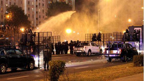 Die Polizei geht mit Wasserwerfern gegen Demonstranten in der Hauptstadt Minsk vor