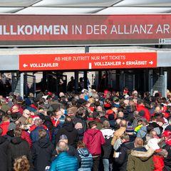 Fußballfans drängeln vor den Eingängen der Allianz Arena in München