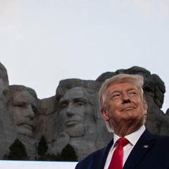 Das Gesicht von Donald Trump in der Größe der Gesichter der Präsidenten am Mount Rushmore