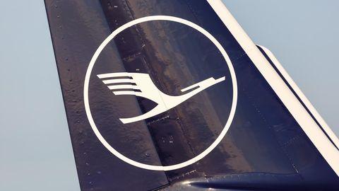 Logo der Lufthansa am Seitenleitenwerk eines Jets