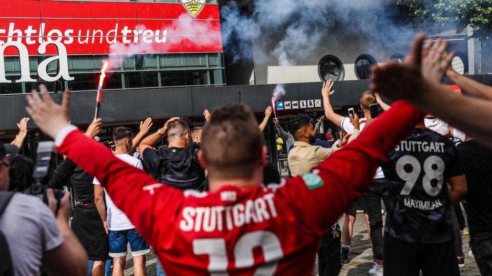Fans der VfB Stuttgart feiern vor dem Stadion
