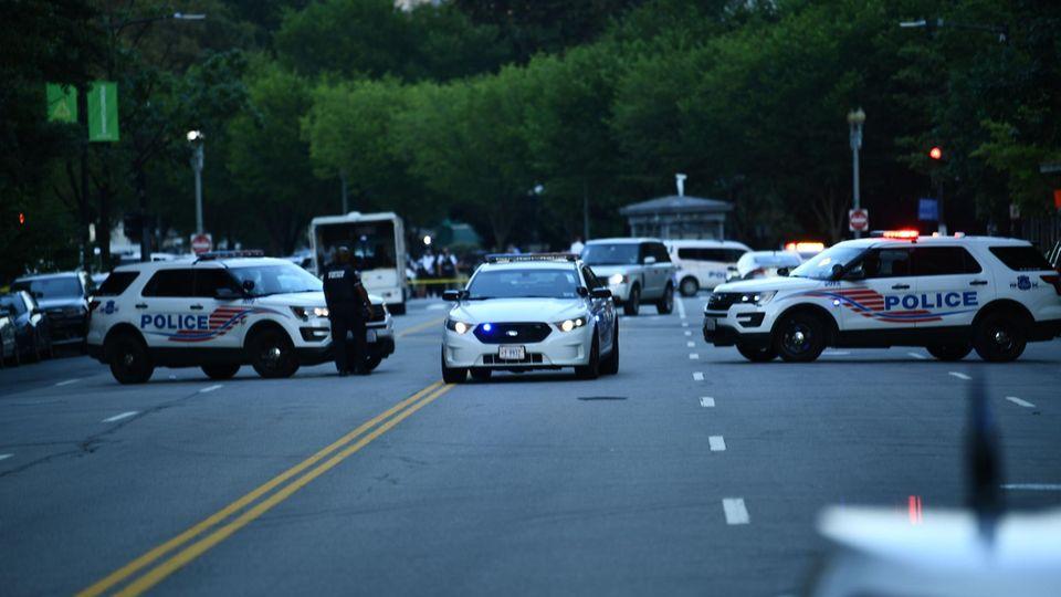 Polizeiautos blockieren den Eingang zur Pennsylvania Avenue in der Nähe des Weißen Hauses
