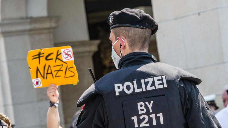 Ein Polizeibeamter bei einer Demo in Bayern