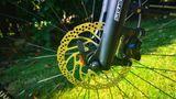 Die hydraulischen Scheibenbremsen von Shimano sind mehr als ausreichend. Die Gabel verrät, dass das Rad einen relativ steilen Lenkwinkel hat.