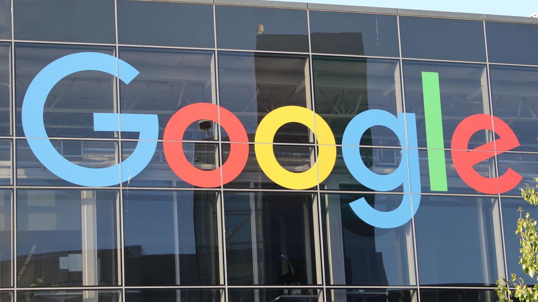 Google-Logo an einer Glasfront
