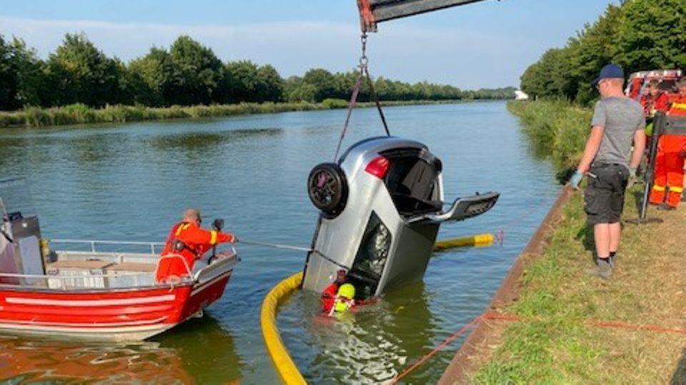 Die Feuerwehr hebt ein Auto aus dem Mittellandkanal