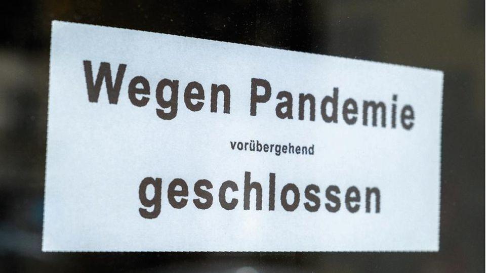 Wegen Pandemie vorübergehend geschlossen - Schild