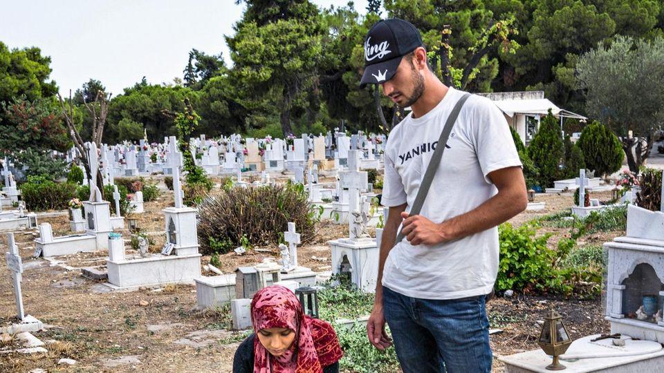 Hananas Eltern am Grab ihrer Tochter in Athen