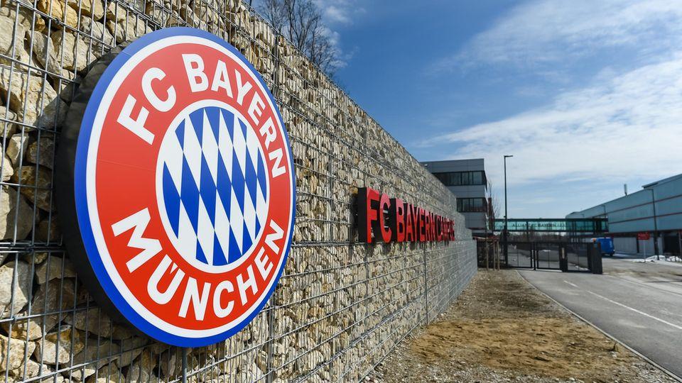 DerEingang zum Gelände des FC Bayern Campus mit dem FC Bayern-Logo
