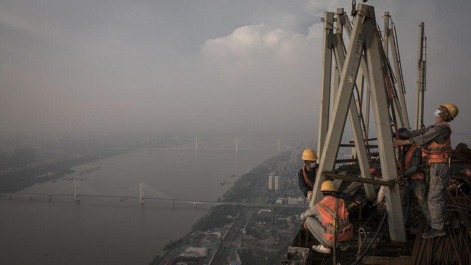 Wuhan, China.Höhenangst dürfen diese Bauarbeiter nicht haben. Sie arbeiten am95. Stockwerk des Wuhan-Greenland-Centers. Das höchste Gebäude Zentralchinas sollEnde nächsten Jahres mit einer Höhe von fast 475 Meternfertig gestellt sein.