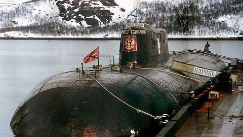 """12. August 2000: Der Stolz der russischen Marine sinkt  Die Tragödie beginnt an einem Samstagmorgen, als Seismologen zwei Explosionen unter Wasser registrieren. Die Explosionen wurden offenbar durch einen technischen Defekt ausgelöst, ein Torpedo wird vermutet.Erst zwölf Stunden später beginnt die Suche nach U-Boot K-141 """"Kursk"""", einem der modernsten Schiffe der Kriegsflotte. Ein paar Männer konnten in einen Teil des 154 Meter langen Atom-U-Bootes fliehen, warten aber vergeblich auf Hilfe. SOS-Zeichen, die Matrosen durch Schläge auf den Rumpf klopften, wurden zwar erfasst. Die zunächst zaghaften Bergungsversuche scheiterten aber. Insgesamt 118 Seeleute starben.  Bilder verzweifelter Angehöriger gingen um die Welt. Doch der frisch gewählte Präsident Wladimir Putin sah zunächst keinen Anlass, seinen Sommerurlaub am Schwarzen Meer abzubrechen. Das beschädigte sein Image als """"Macher"""".Es dauert Tage, bis Putin in Sommerkleidung eine Erklärung abgibt. Erst später werden ausländische Experten hinzugezogen. Sie finden schließlich das Wrack und die Leichen in 110 Metern Tiefe in der Barentssee."""