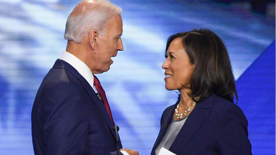 Joe Biden und Kamala Harris sehen einander an