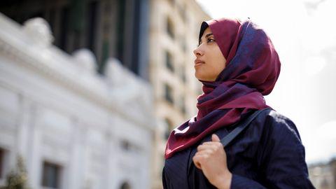 Eine Frau mit Kopftuch