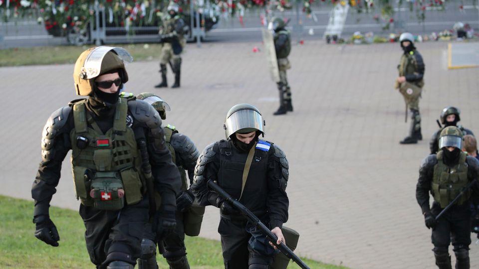 Polizisten sperren Straßen in Minsk ab