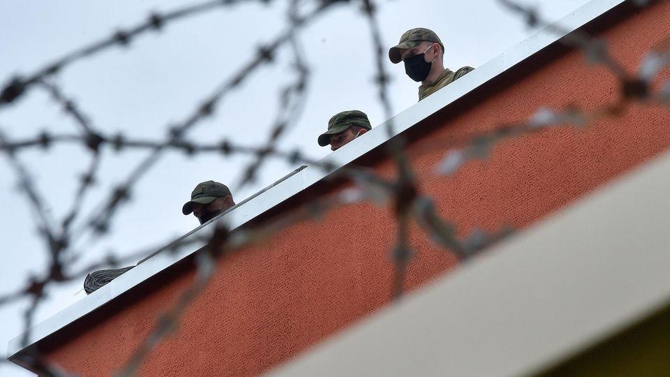 Polizisten blicken vom Dach eines Gefängnisses in Minsk, in dem zahlreiche Demonstranten in Gewahrsam waren