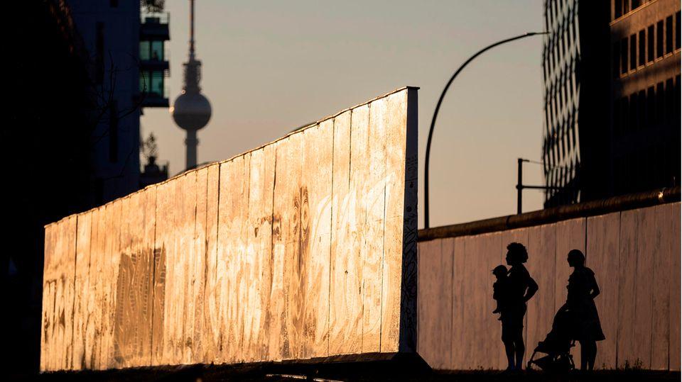 Berlin, Deutschland: Am 13. August 1961 begann der Bau der Berliner Mauer, die die Hauptstadt 28 Jahre lang in Ost und West teilte. An der East Side Gallery erinnern nur noch wenige Betonplatten an eines der dunkelsten Kapitel der deutschen Geschichte.