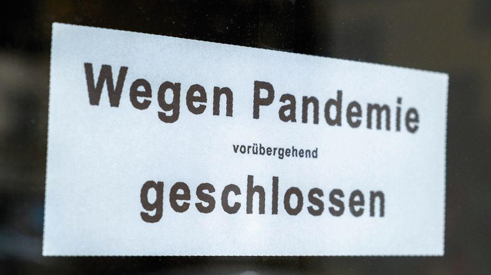 Schild an Ladentür: Vorübergehend geschlossen