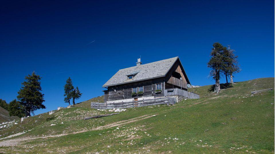 Wandergruppe auf Almhütte in Kärnten