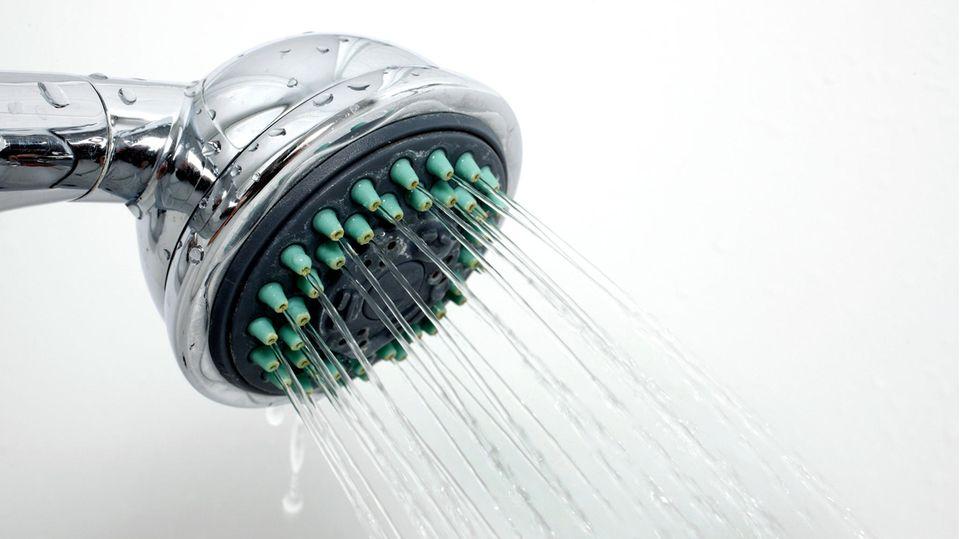 Aus einem Duschkopf fließt wasser