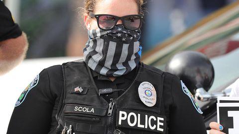 Polizistin mit Maske