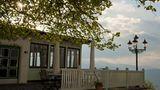 ÜBERNACHTEN  GASTHOF KOHLERN: Aus 1130 Metern schaut das 1899 im alpinen Jugendstil erbaute Herrenhaus auf Bozen herab. 16 Zimmer und Suiten, viel Holz und so manches Kuhfell. DZ/HP ab 130 Euro, Bozen, Kohlern 11, Tel. +39/0471/32 99 78, www.kohlern.com