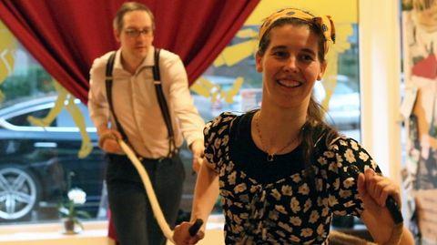 """Tanzschulleiterin Ruby Doo zeigt einem Teilnehmer die Schritte für ihren erfundenen Tanz, den """"Lindy Reep""""."""