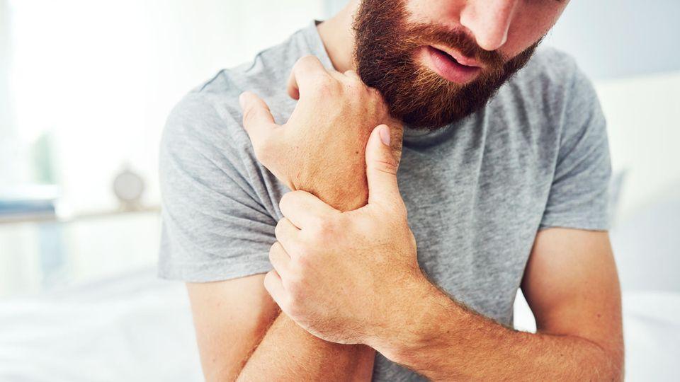Die Diagnose: Er hat Schmerzen im Handgelenk, der Arzt entdeckt den Auslöser: Ungeschützter Sex