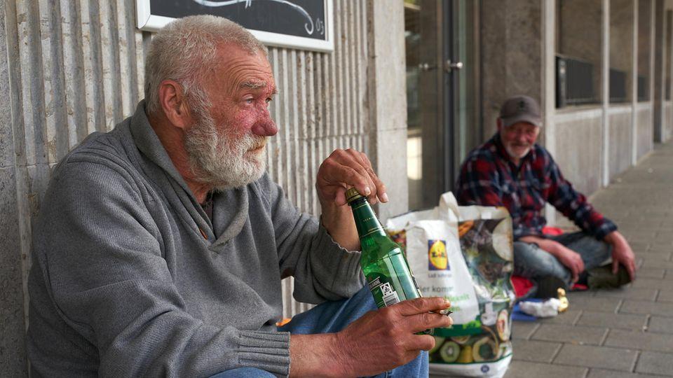 Die Obdachlosen Mohammed (l.) und Jörg in Koblenz