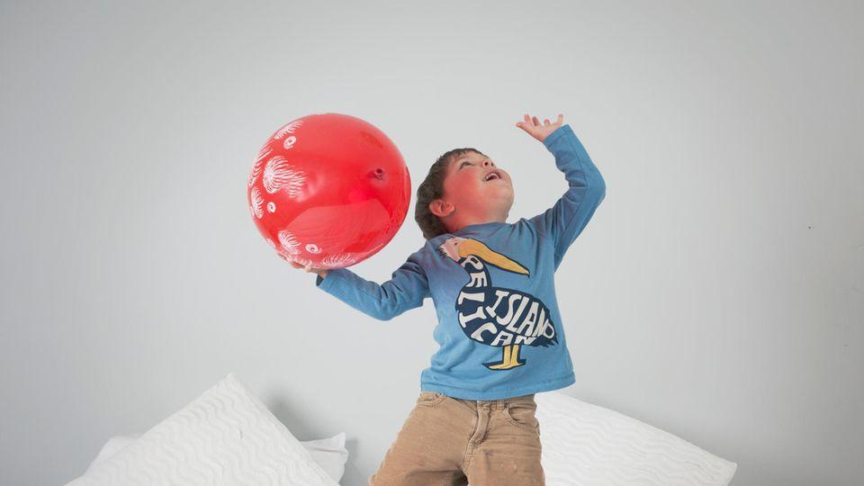 Ein Junge mit einem Luftballon