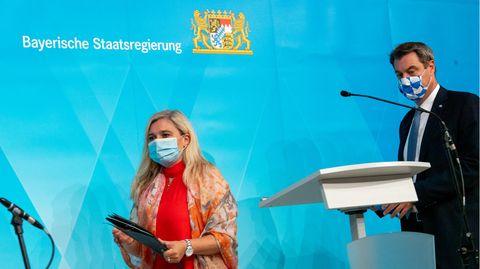 Markus Söder und n Melanie Huml vor der Pressekonferenz zur Panne bei den Coronavirus-Tests