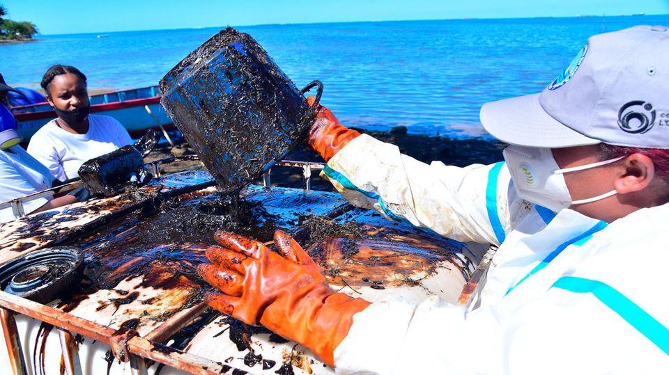 Freiwillige helfen, das Öl vor Mauritius zu entfernen