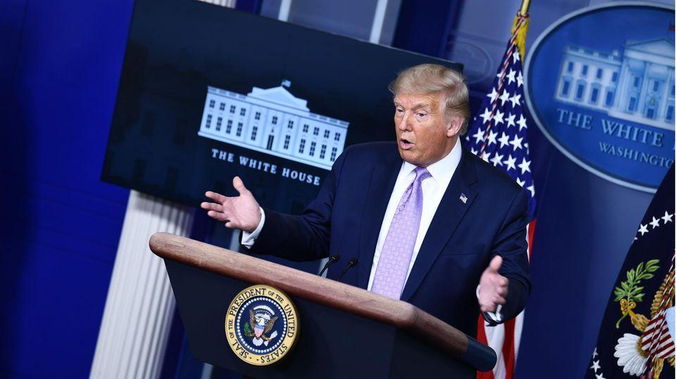 Donald Trump spricht bei einem Pressebriefing im Weißen Haus
