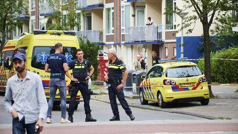 Polizisten und Krankenwagen stehen am Einsatzort