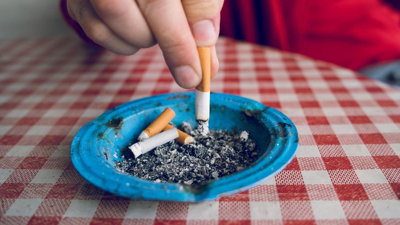 Zigarette wird in Aschenbecher ausgemacht