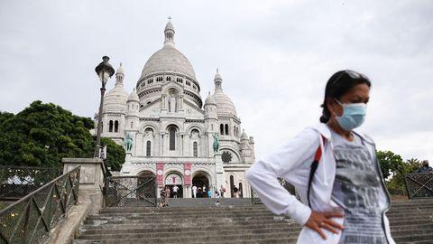 Frau mit Maske vor Sacre-Coeur in Paris