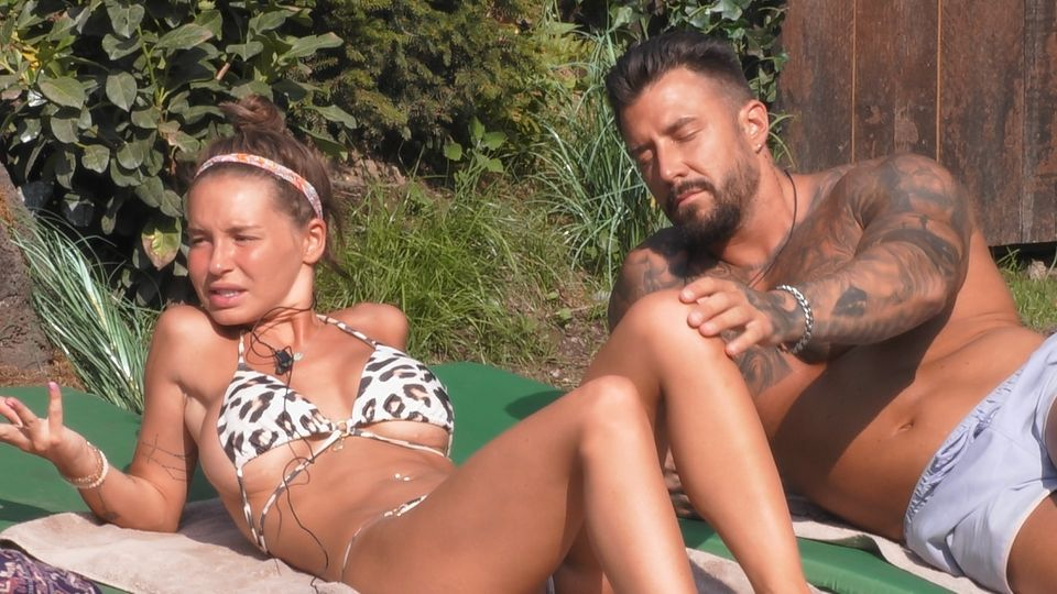 Promi Big Brother: Adela Smajic und Mischa Mayer kuscheln