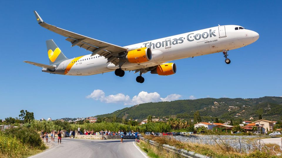 Image 1 of 14 of the photo gallery for clicking: Thomas Cook Big brands with a fleet of more than 100 aircraft can also go bankrupt, such as the companies of the Thomas Cook Group Airline with subsidiaries in Great Britain, Scandinavia, Belgium and Spain.  The holiday airline once carried 19 million passengers a year.  The airline operations were swept away by the bankruptcy of the British tour operator of the same name - liquidation began on September 23, 2019.  Only the German offshoot, Condor Flugdienst, was able to save itself with funds from the German government.  The participation of a Polish owner failed in spring 2020.