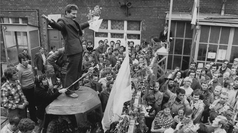 """14. August 1980: Die Entlassung einer Kranführerin führt zu einem historischen Umbruch  In der Belegschaft derLenin-Werft in der polnischen Hafenstadt Danzig kocht es. Auslöser des Unmutes ist die fristlose Entlassung derKranführerin Anna Walentynowicz, die sichfür die Rechte von Arbeitern eingesetzt hatte. Es sollte eine Kündigung mit historischen Folgen werden.      Am 14. August 1980 treten rund 17.000 Beschäftigein den Streik. Sie machen denElektriker Lech Wałęsa zu ihrem Anführer. Auf diesem Foto spricht der spätere Friedensnobelpreisträger einige Tage später zu den Streikenden. Zunächst verlangen die Arbeiter die Wiedereinstellungvon Walentynowicz und höhere Löhne. Doch je länger der Ausstand dauert, destopolitischer werden ihre Forderungen:Streikrecht, Pressefreiheit, die Freilassung politischer Gefangener.      Und sie haben Erfolg: Am 31. August unterzeichnen Walesa und der Vizepremierminister des damals zum Ostblock gehörenden Landes, Mieczyslaw Jagielski, das """"Danziger Abkommen"""". Darin wird erstmals in einem sozialistischen Staat eine unabhängige Gewerkschaft zugelassen und die die Arbeitnehmervertretung Solidarność entsteht. Walesa wird auch Chef der Gewerkschaft. In den folgenden Jahren treten ihr fast 10 Millionen Polen bei, mehr als die Hälfte der Arbeitnehmer des Landes. Der einfache Arbeiter Walesa erhält 1983 den Friedensnobelpreis undwird im Dezember 1990 zum Präsidenten Polens gewählt. Rückblickend gilt das """"Danziger Abkommen"""" als Anfang des Endes des Kommunismus."""