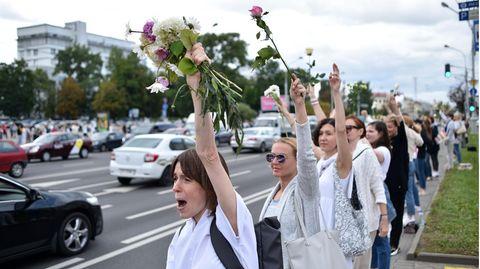 Frauen in Weiß in Belarus protestieren gegen die Regierung