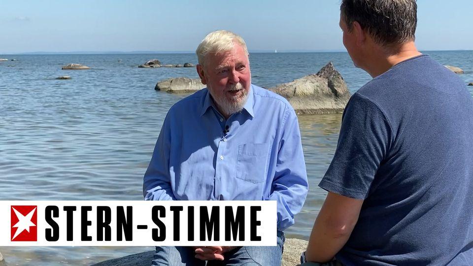 Eckart von Hirschhausen führt ein Gespräch mit Biologe Michael Succow.