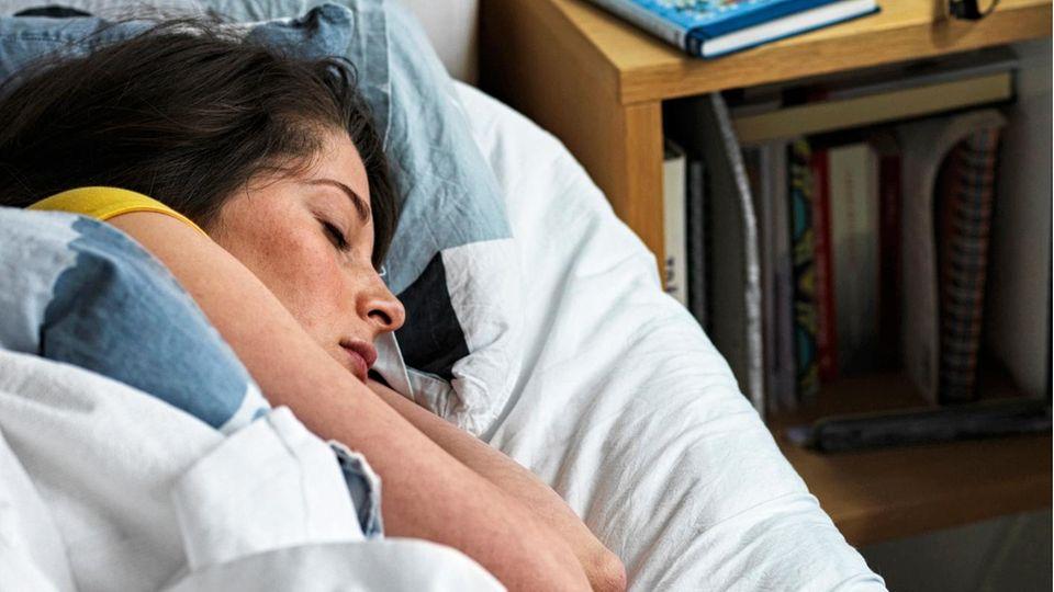 Schlafen bei Hitze: Mit diesen Tipps klappt es.