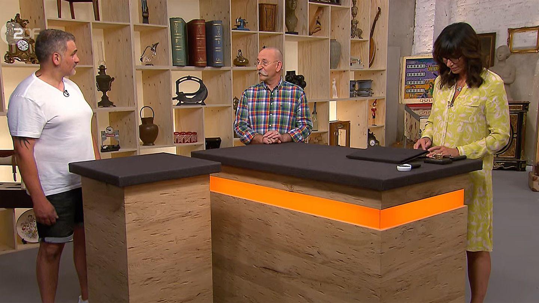 """Bares für Rares"": Leonardo Di Tuccio, Horst Lichter, Heide Rezepa-Zabel stehen am Pult"