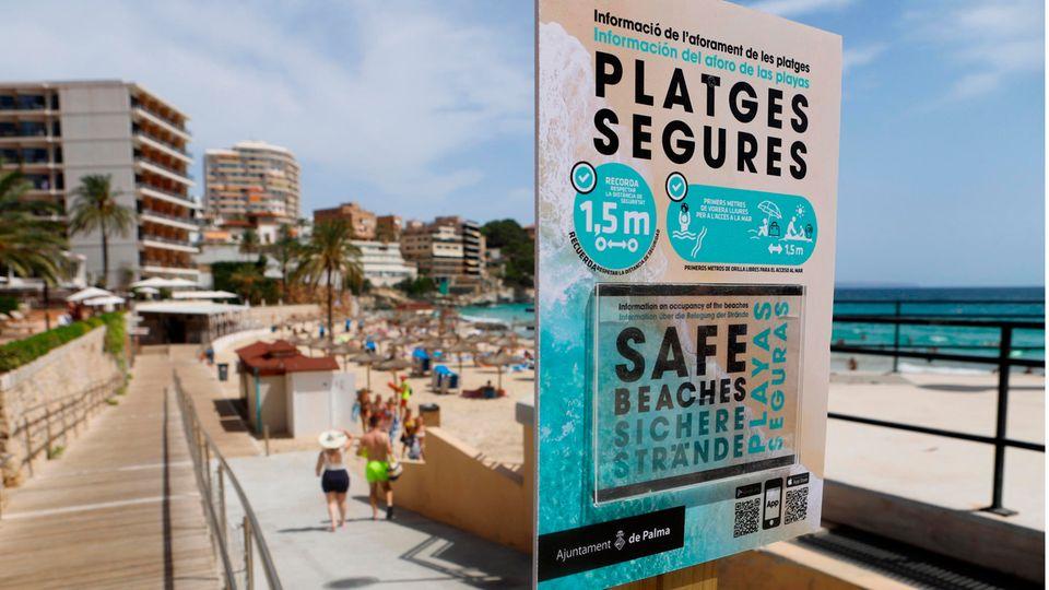 Sichere Strände:Ein Schild am Eingang zum Strand von Cala Major weist auf die Sicherheitsmaßnahmen hin
