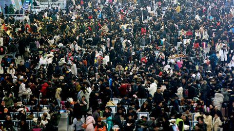 Menschenmassen im Ostbahnhof der chinesischen Stadt Hangzhou