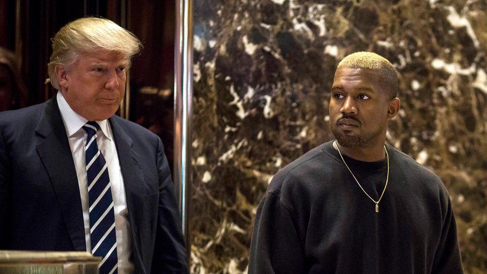 Donald Trump und Kanye West stehen nebeneinander