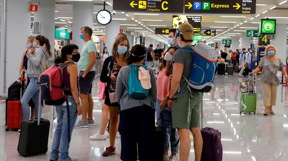 Touristen auf dem Flughafen von Palma de Mallorca