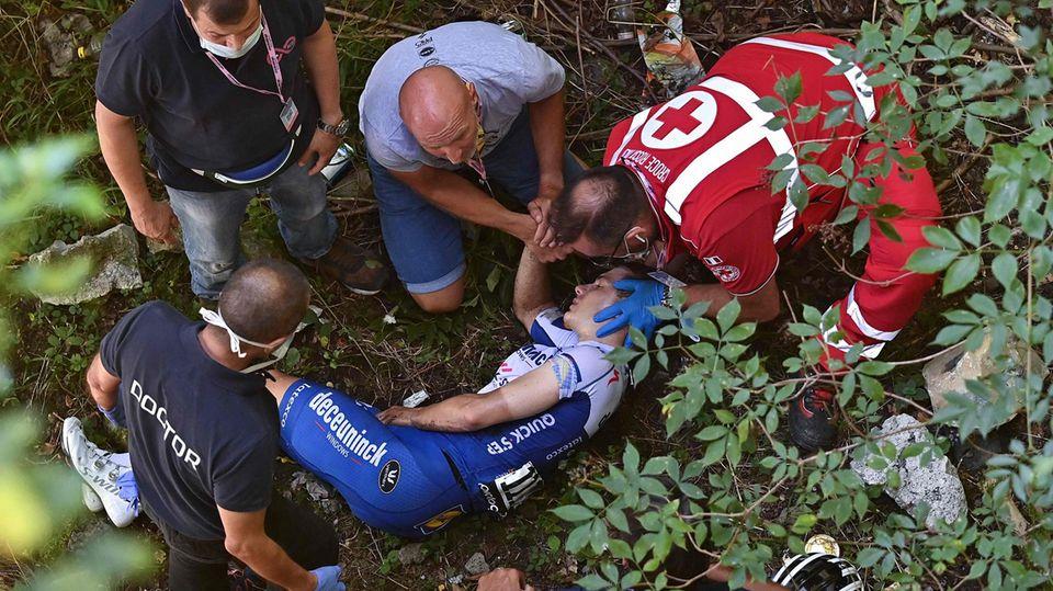 Lombardei-Rundfahrt: Nachwuchstalent Remco Evenepoel liegt schwer verletzt am Boden